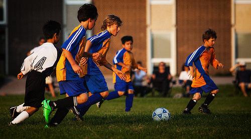 この画像は、サイトの記事「」のイメージ写真画像として利用しています。 >パーマリンク**>少年サッカードリブル